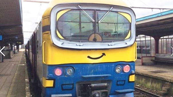 funny street art minion trein