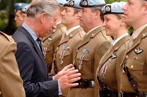 Prins Charles grijpt blij naar borsten
