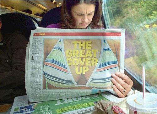 vrouw met krant met borsten erop