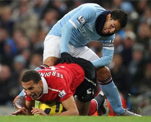 voorovergebogen voetballer op de grond