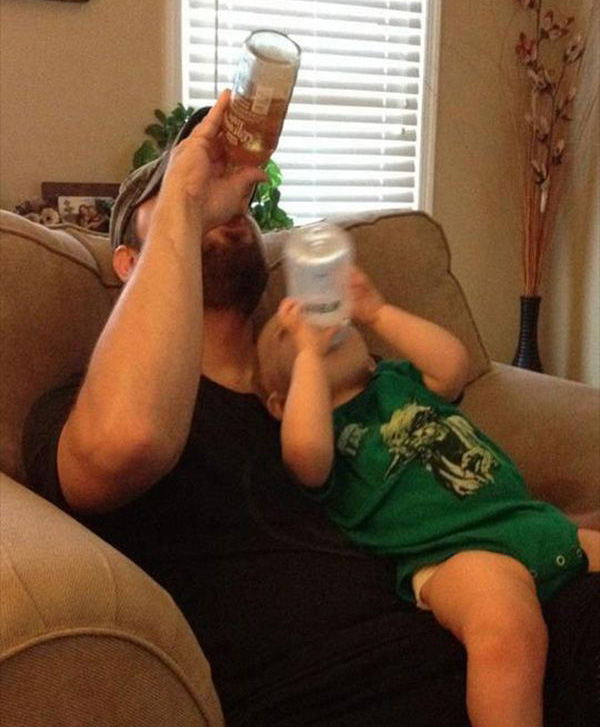 vader en zoon drinken uit fles