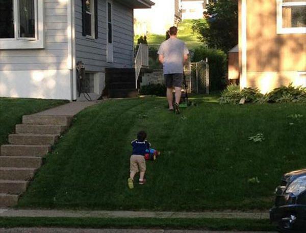vader en zoon grasmaaien